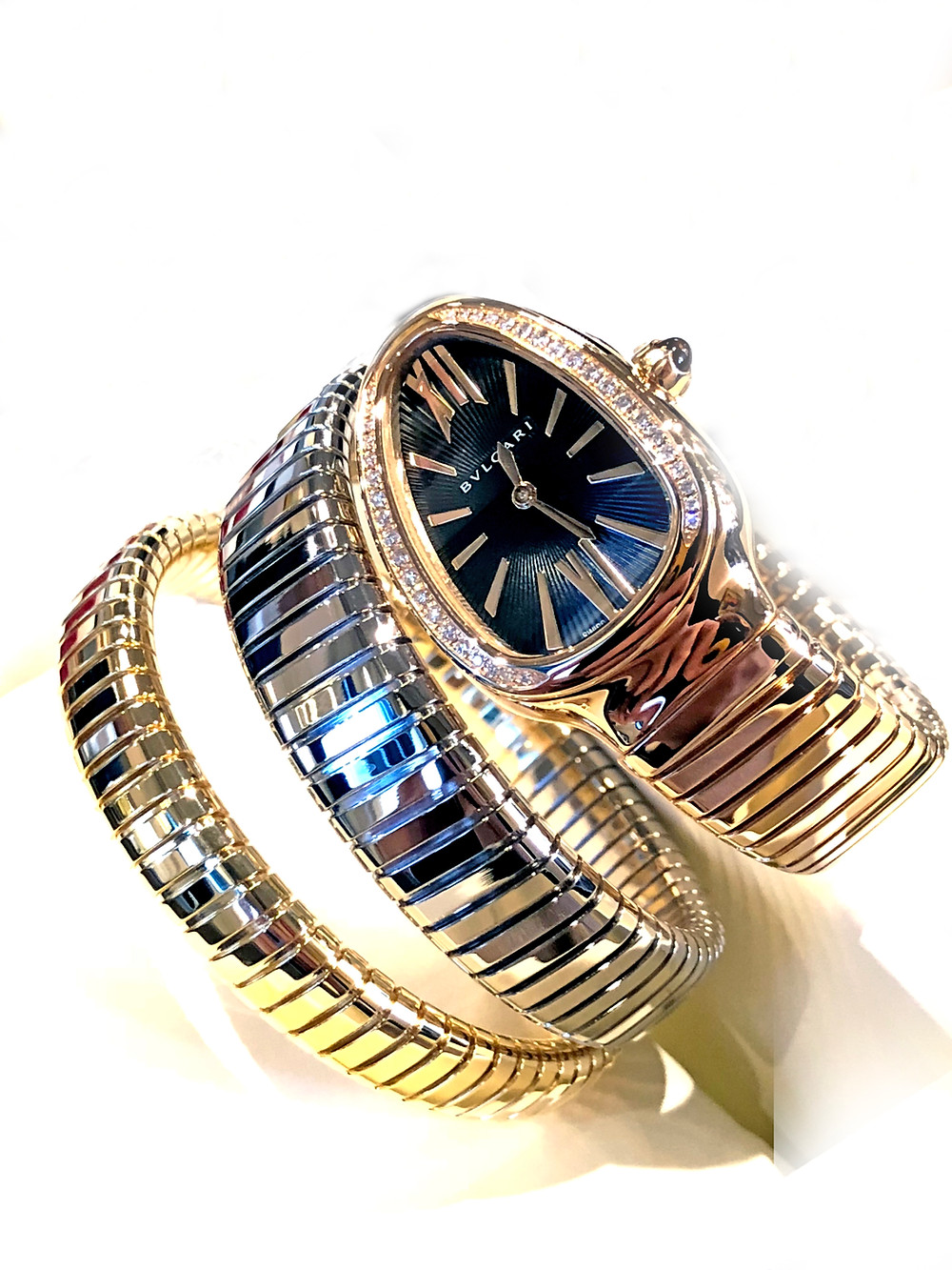 SERPENTI TUBOGAS 三色金腕錶 Tubogas雙圈手鐲結合了三種18k金顏色: 黃金、玫瑰金與白金;18k玫瑰金35毫米錶殼搭配一個鑲滿明亮式切割美鑽的錶圈/搭載BVLGARI專有高精確度石英機芯