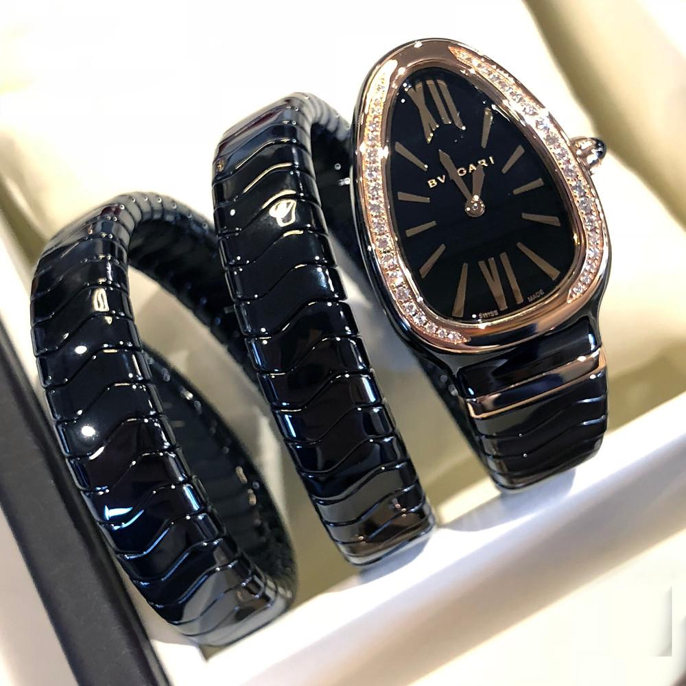 黑色陶瓷35毫米錶殼上面搭配一個鑲嵌了明亮式切割美鑽的18k玫瑰金錶圈,飾以陽光射線的磨光黑漆錶盤/搭載BVLGARI專有高精確度石英機芯/多圈黑色陶瓷手鐲配以18k玫瑰金塊