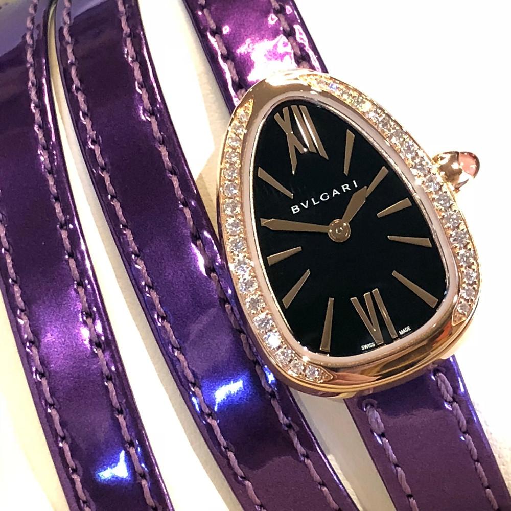 18k玫瑰金27毫米錶殼上面搭配一個鑲嵌了明亮式切割美鑽的錶圈,飾以陽光射線的黑漆錶盤/搭載BVLGARI專有高精確度石英機芯/四圈紫藤玉色金屬性小牛皮錶帶,易於更換