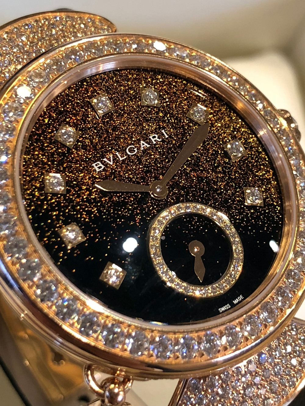 DIVAS' DREAM MINUTE REPEATER三問錶 37毫米直徑18k玫瑰金錶殼,錶耳以雪花式鋪鑲了明亮式切割美鑽 (共重約4.26克拉),日本傳統工藝Urushi繪漆技術製成黑漆與金塵錶盤/時分指示,小秒針/自製Calibre BVL 362 Finissimo型號人手上鍊三問機芯,52小時動力儲存/防水功能達30米,限量發售5枚