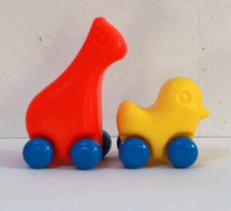 Girafe et poussin à roulettes