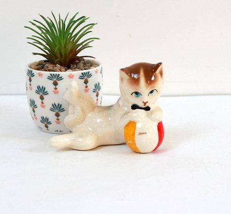 Figurine chat avec balle