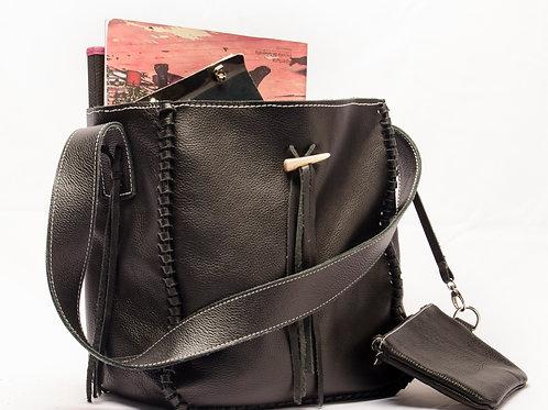 Bolso de cuero negro con flecos y monedero. BOLS 03