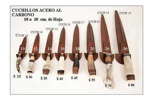 Cuchillos de acero al carbono con hojas de 10 a 30 cm.