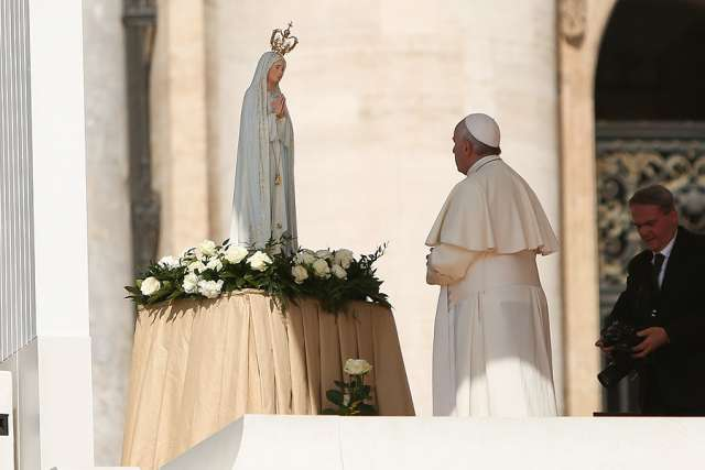 Pope_Francis_2_with_Our_Lady_of_Fatima_at_the_General_Audience_Wednesday_May_13_2015_Credit_Daniel_I