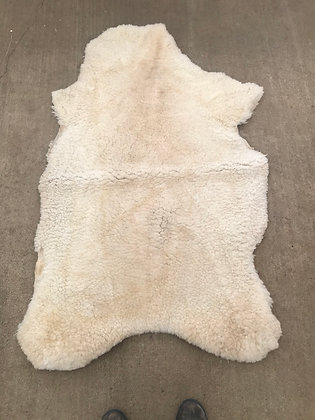 CREAMY WHITE SHEARLING TRADITIONAL HIDE