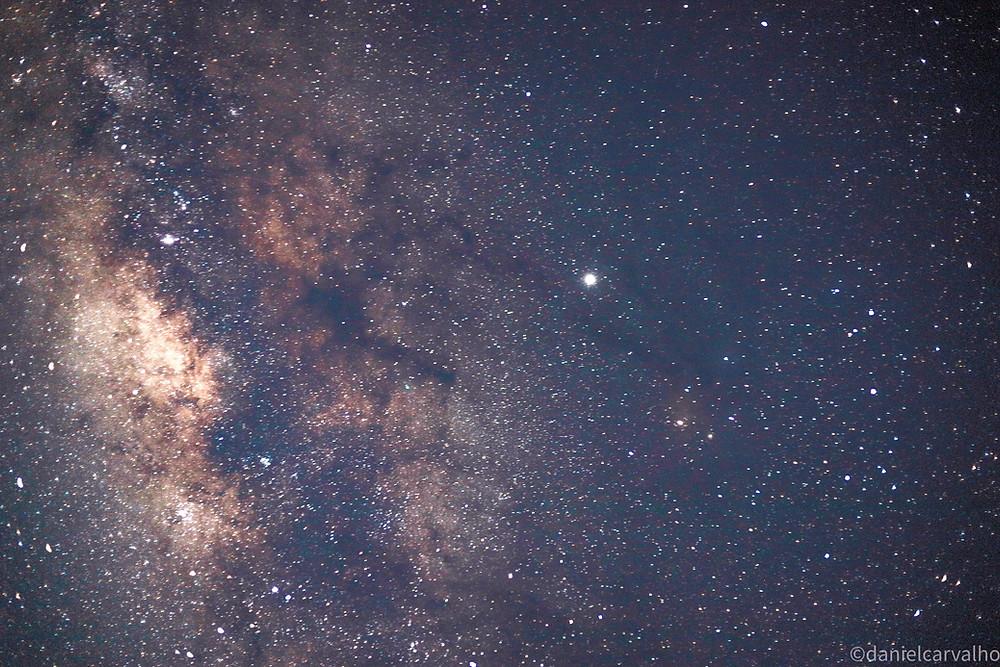 fotografia da via láctea e da estrela sirius