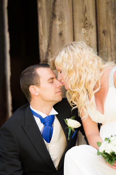 Bröllopsfotografering i en hage