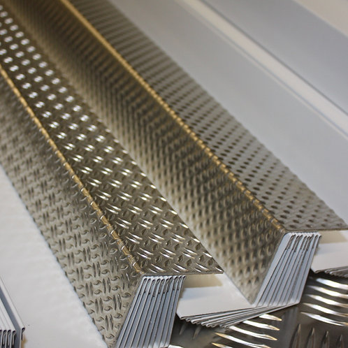 5-bar chequer plate ally angle 100mm x 100mm