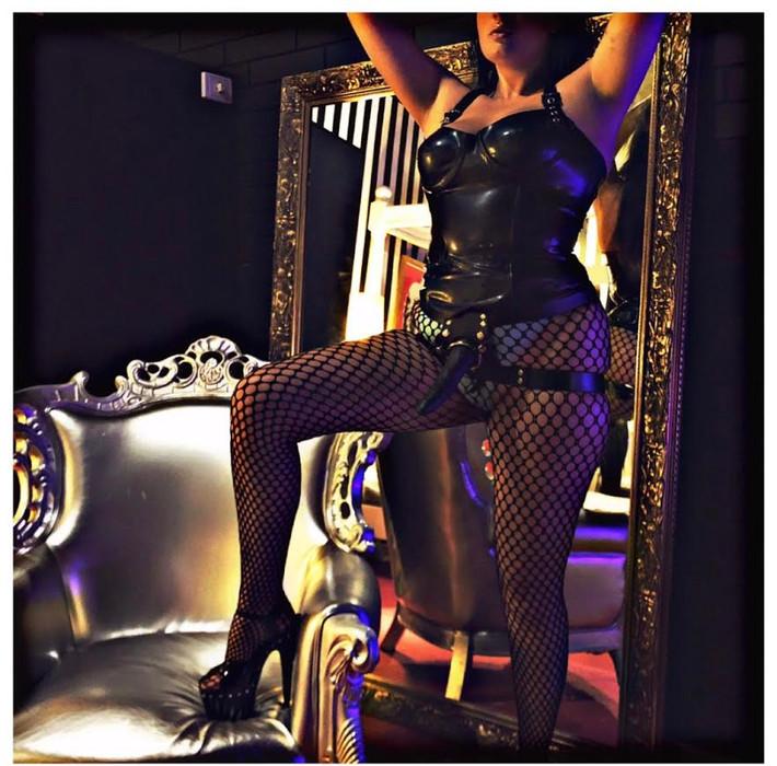 Mistress Delphine Hex
