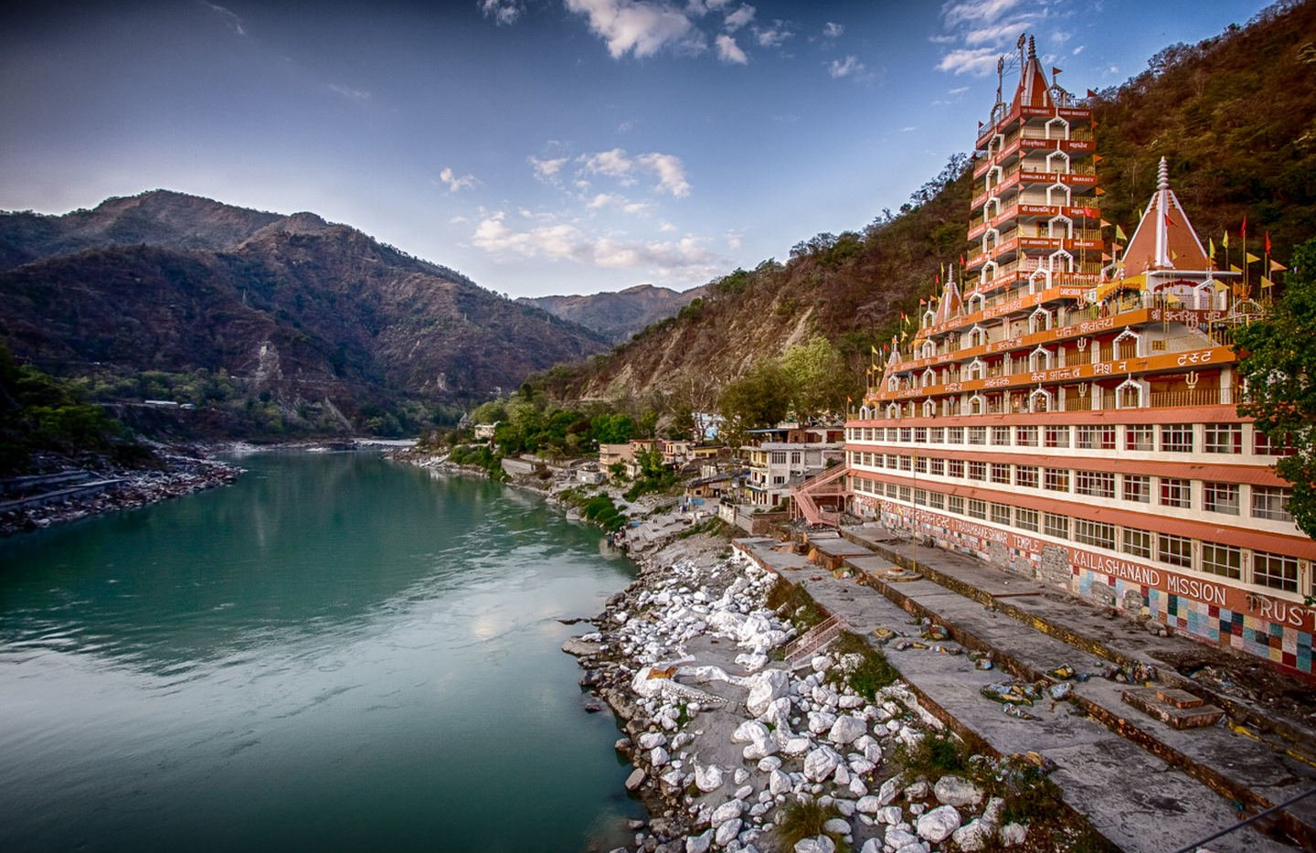 Rishikesh_temple_side_view_of_canal_1440