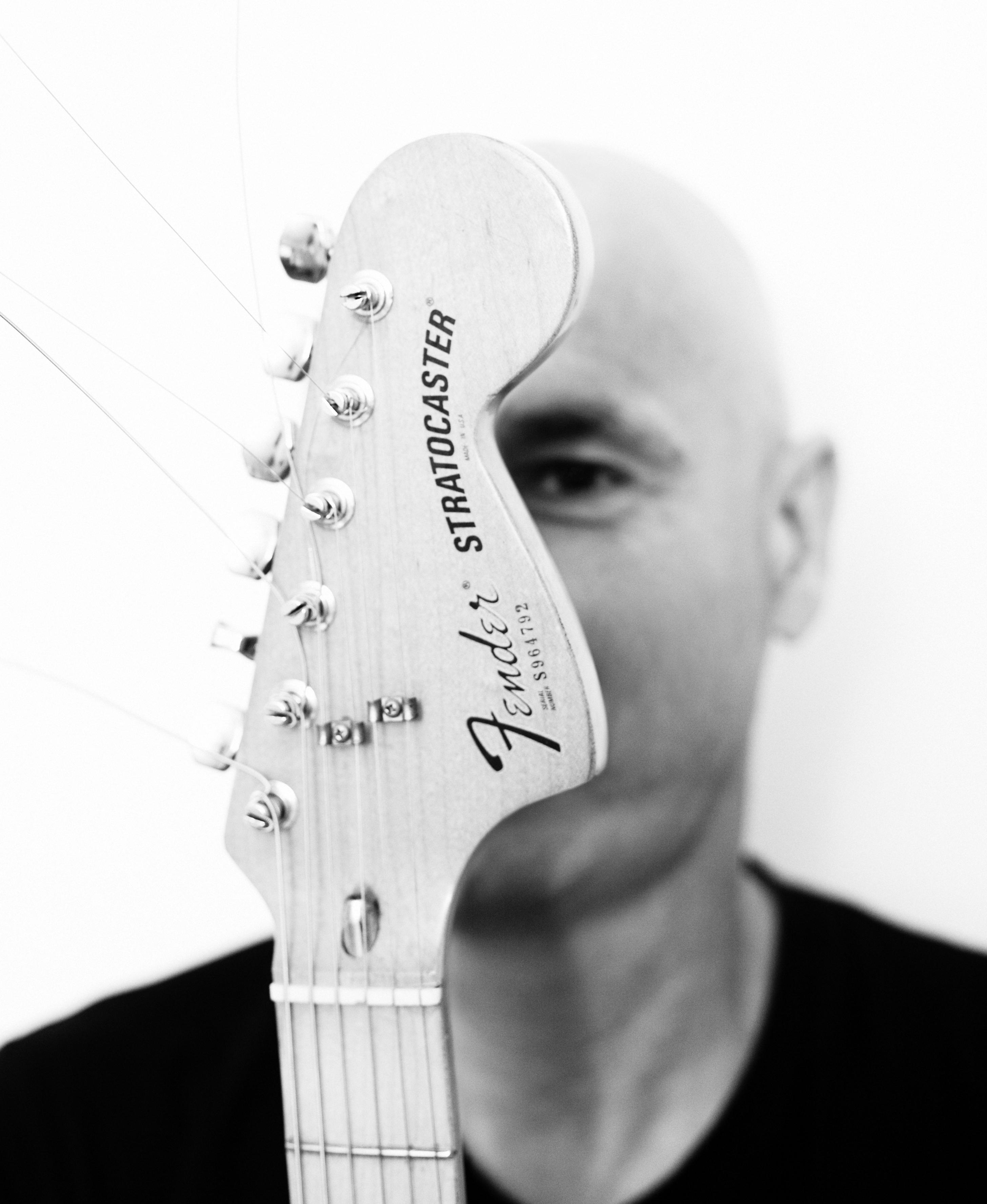 Alex Cortiz gitaar voor gezicht hi res
