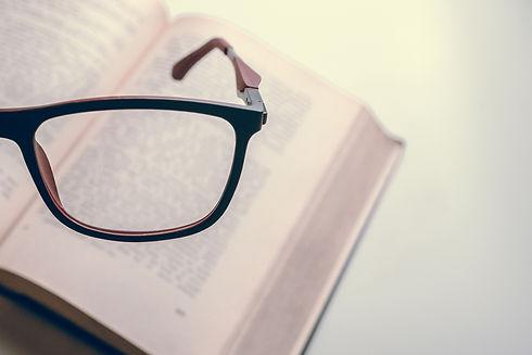 libro e occhiali.jpg