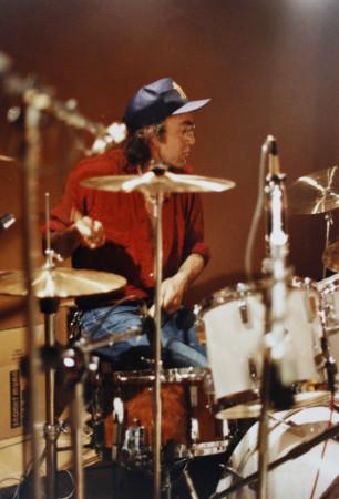 Ollie Halsall probando la batería para la producción de la maqueta de Distrito 14 en 1991