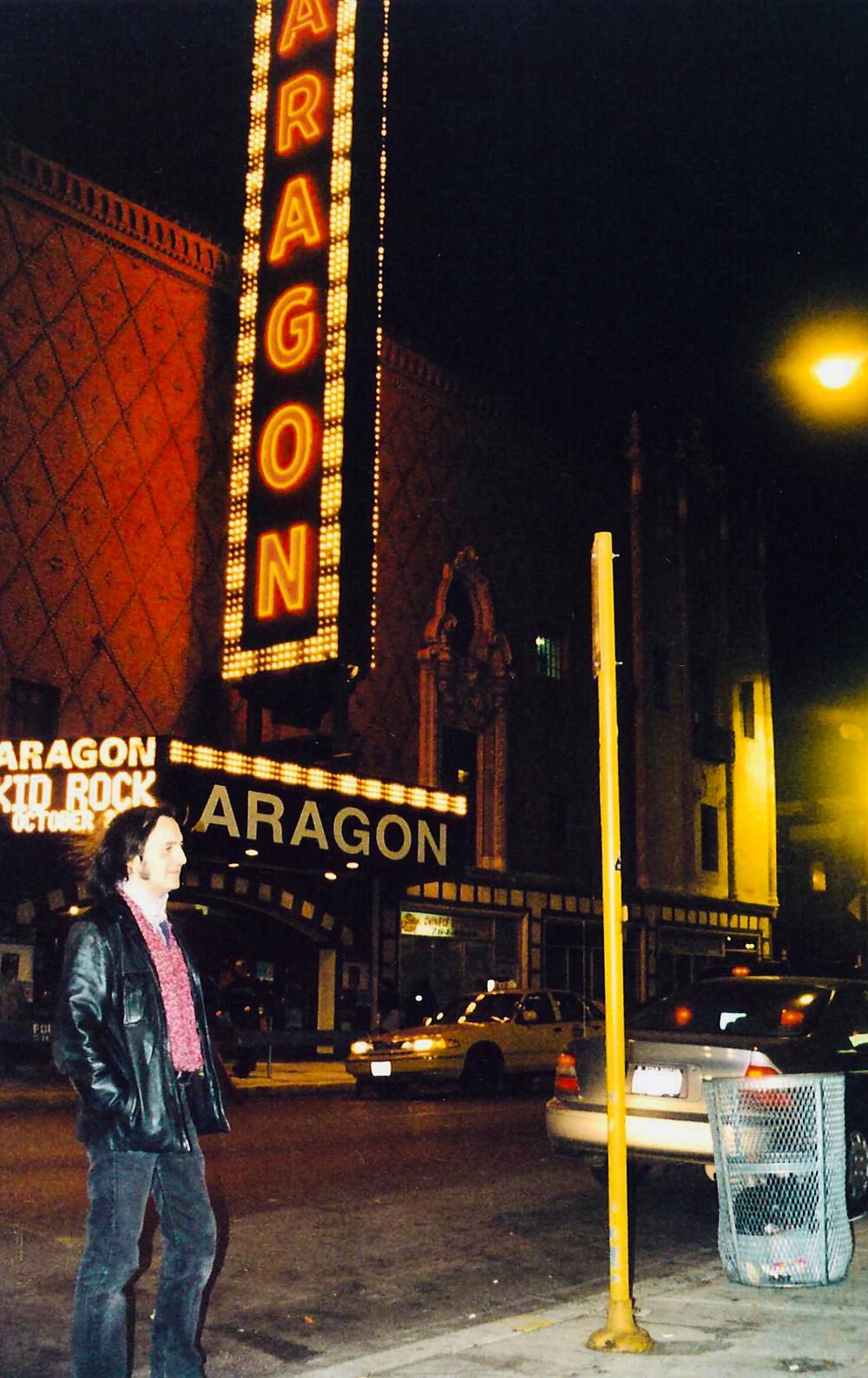 En la puerta del Aragon Ballroom en Chicago en 1999