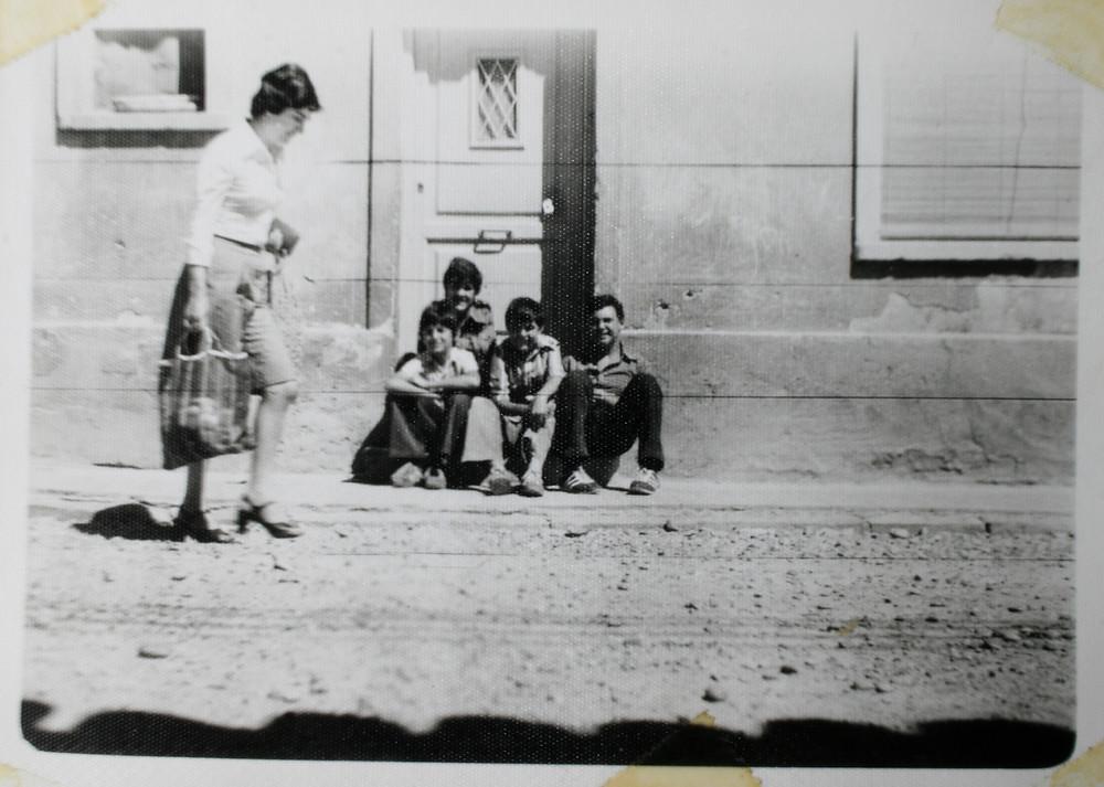 Alberto, Joaquín, Jesús y yo, el grupo Zen sentados en la puerta de enfrente de mi casa, en la foto solo falta Javi el batería.
