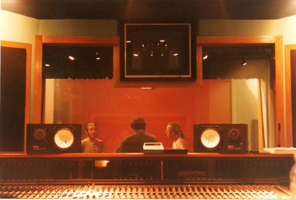 Distrito 14 en Sonoland, Iñaki Fernández conmigo conversando con el ingeniero de sonido. o