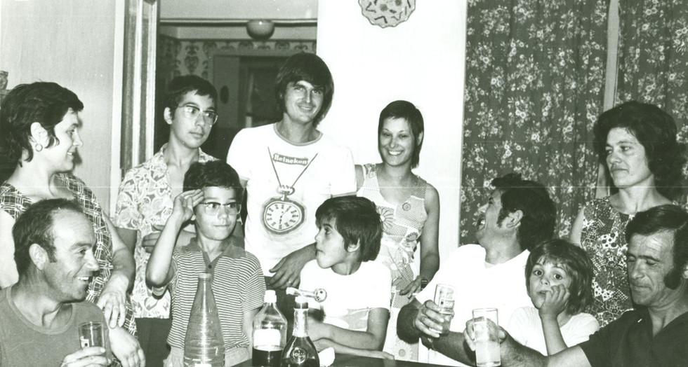 Anni Sessanta, gruppo di emigrati sardi: brindisi in famiglia