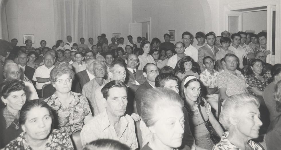 Assemblea di emigrati sardi in un circolo