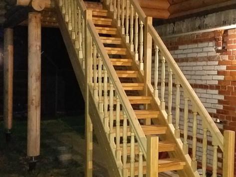 Прямая Лестница на улице из лиственницы