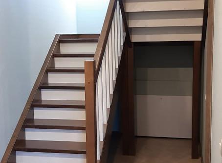 П-образная лестница с ограждением. Типовая лестница с разворотом на 180градусов с большой площадкой.