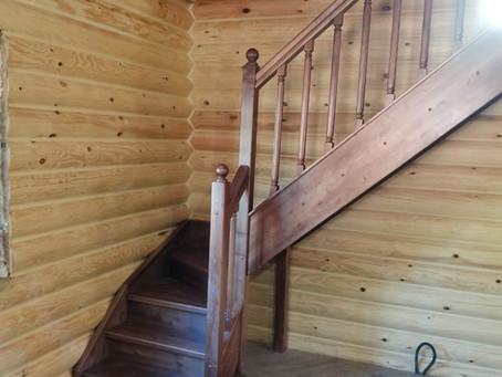 """Лестница в брусовом доме простая и удобная """"под ключ"""""""
