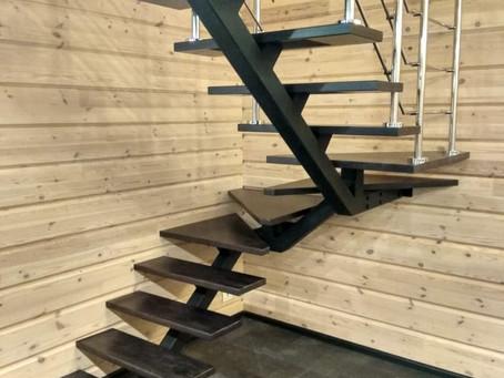П-образная лестница с ограждением. На металлическом монокосоуре.