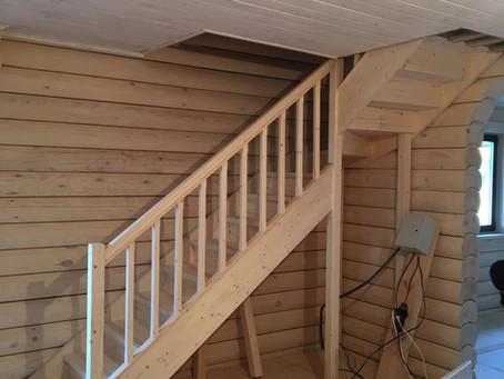 Лестница в брусовом доме для самостоятельной покраски