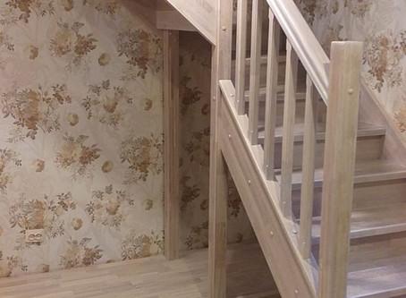 Г-образная лестница из дуба