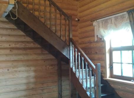 Г-образная лестница с ограждением. Типовая лестница с разворотом на 90 градусов с забежными ступеням