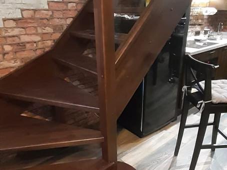 П-образная лестница из бука со стеклом