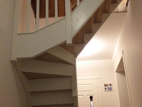 Лестница с ограждением с нависанием над проемом.
