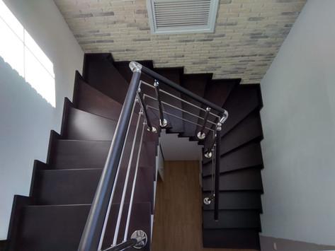 П-образная Лестница на металлическом основании с ограждением.