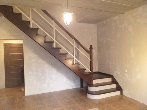 Г-образная лестница с ограждением