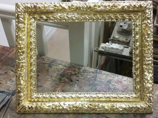 Cadre Louis XIII doré à la détrempe