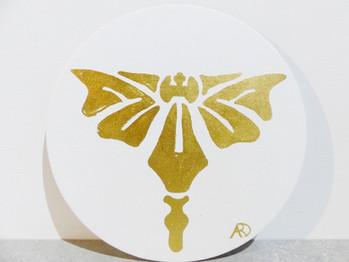médaillon papillon blanc et feuille d'or