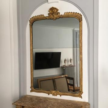 Miroir XVIIIe : restitution d'une coquille manquante en plâtre, dorure et patine, vue d'ensemble