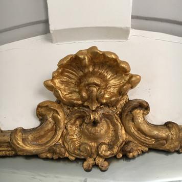 Miroir XVIIIe : restitution d'une coquille manquante en plâtre, après patine