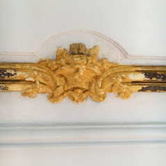 Presbytère de St Paul St Louis, Paris : restauration des éléments en bois sculpté et doré, reparure et pose du jaune