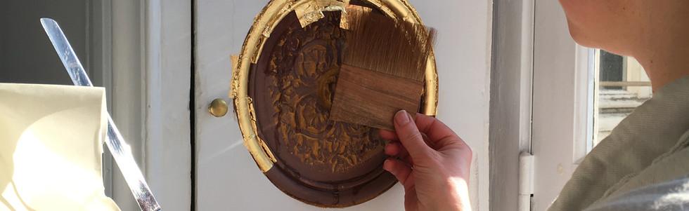 Dorure à la détrempe sur des boiseries du XVIIIe siècle