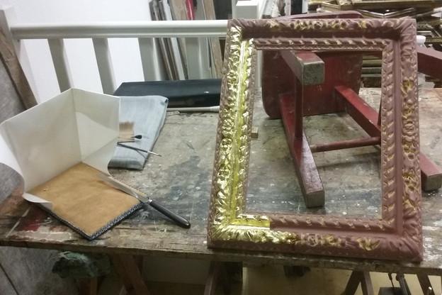 Cadre Louis XIII : assiette et pose de la feuille d'or à la détrempe