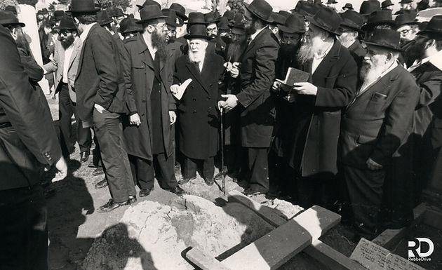 Gallery: The Rebbe Partaking in Reb Zalman Shimon's Levaya