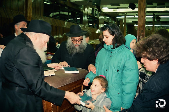 Gallery: The Rebbe Distributes Tanyas