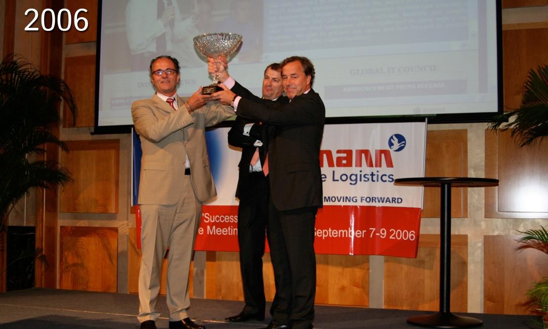 """הלמן מקבל את """"פרס הצטיינות"""" הנחשק מהמכון העולמי ללוגיסטיקה."""