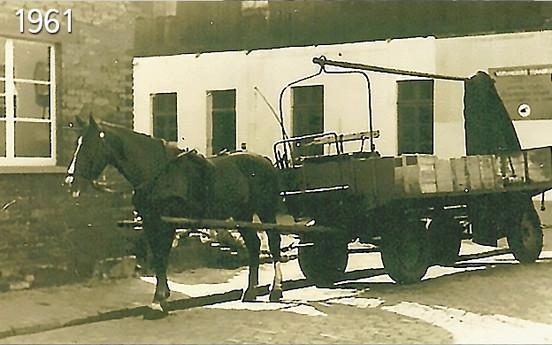 """עד 1961 היו גם עגלות רתומות לסוסים. """"ליסה"""" היה הסוס האחרון בהלמן, שסחב עגלה."""