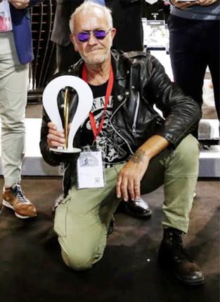 Marco Maggioni con il trofeo DIVA per il miglior design di display, Viscom 2018.  Marco Maggioni with the DIVA trophy for the best display design, Viscom 2018.