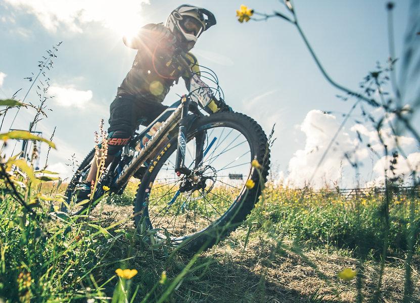 Levi pyöräilijä mäessä