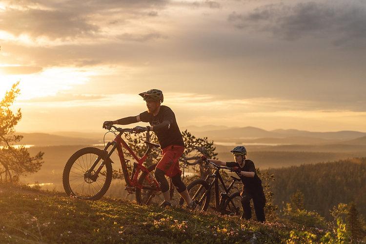 Maastopyöräilijät taluttaa pyöriä tunturimaisemassa, Ylläs, MuskoVisuals-EskoLiukas