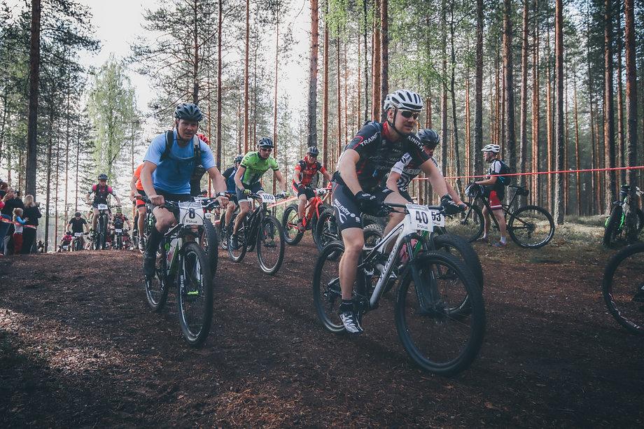Maastopyöräilijöitä kilpailemassa Rokua MTB, Rokua Health & Spa Hotel