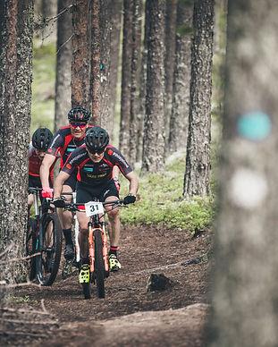 Maastopyöräilijöitä ajamassa kilpaa Rokua MTB, Rokua Health & Spa Hotel